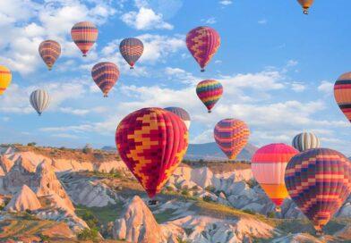 Belon Udara Panas Terbang dengan Bendera Turki dan Poster Atatürk di Cappadocia